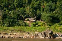 Kleines asiatisches Dorf mit traditionellem Holzhaus in den Dschungeln Stockfotografie