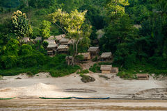 Kleines asiatisches Dorf mit traditionellem Holzhaus in den Dschungeln Lizenzfreies Stockfoto