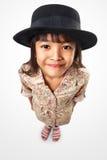 Kleines asiatisches Mädchen, das oben zur Kamera schaut Stockbilder