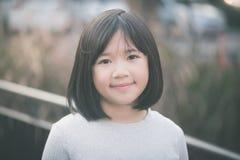 Kleines asiatisches Mädchen, das Spaß hat Stockbilder