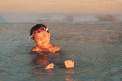 Kleines asiatisches Mädchen, das in Wasser wartet Stockfoto