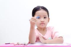 Kleines asiatisches Mädchen mit Bleistiftfarbe auf weißem Hintergrund Stockfoto