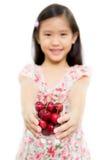 Kleines asiatisches Mädchen mit frischer roter Kirsche Lizenzfreies Stockbild