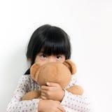 Kleines asiatisches Mädchen mit Teddybären Lizenzfreie Stockfotos