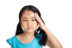 Kleines asiatisches Mädchen mit Verband auf Stirn stockfotografie