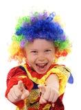 Kleines aufgeregtes Mädchen in einem Clownkostüm Lizenzfreie Stockbilder