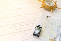 Kleines Auto auf der Karte Das Konzept der Reise Lizenzfreies Stockfoto