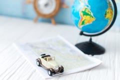 Kleines Auto auf der Karte Das Konzept der Reise Stockfotos