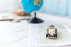 Kleines Auto auf der Karte Das Konzept der Reise Lizenzfreies Stockbild
