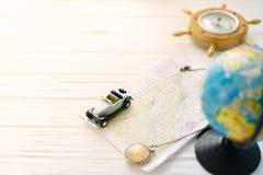 Kleines Auto auf der Karte Das Konzept der Reise Stockfoto