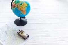Kleines Auto auf der Karte Das Konzept der Reise Stockbild