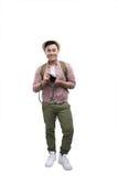 kleines Auto auf Dublin-Stadtkarte Studioporträt des hübschen jungen Mannes im Hut mit Rucksack Lokalisiert auf Weiß Stockfoto