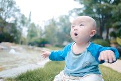 Kleines Baby auf dem Gras Lizenzfreie Stockfotografie