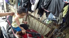 Kleines Baby auf dem Motorradnachahmerfahren stock footage