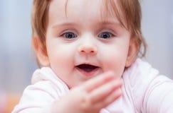 Kleines Baby auf einem blauen Hintergrund Positive Gefühle Stockbild