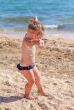 Kleines Baby auf Strand Lizenzfreie Stockfotografie