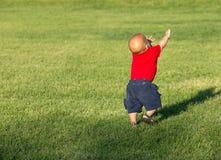 Kleines Baby, das auf einem Gebiet geht Lizenzfreies Stockfoto