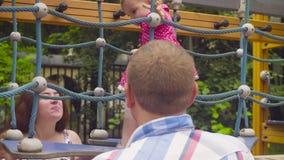 Kleines Baby, das auf einen Seilspielplatz geht stock video footage