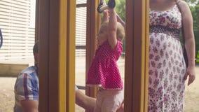 Kleines Baby, das auf Turnhallenringen schwingt stock video footage