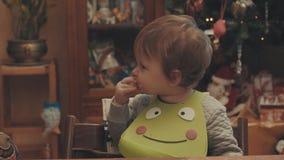 Kleines Baby, das Brot isst stock video