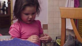 Kleines Baby, das eine Katze streicht stock video