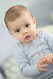 Kleines Baby, das einen Keks isst Stockfotografie