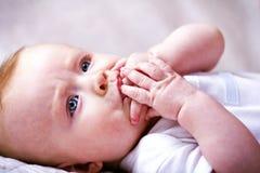 Kleines Baby, das Finger saugt Stockfotos