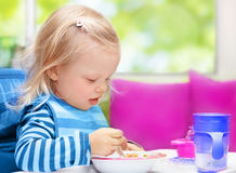 Kleines Baby, das frühstückt Lizenzfreies Stockfoto