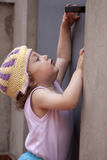 Kleines Baby, das für einen Türknopf erreicht Stockfotografie