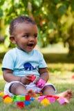 Kleines Baby, das im Gras spielt Stockfoto