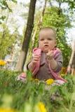 Kleines Baby, das im Park auf dem Gras spielt Lizenzfreies Stockbild