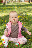 Kleines Baby, das im Park auf dem Gras spielt Stockfoto