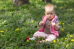 Kleines Baby, das im Park spielt Lizenzfreies Stockfoto