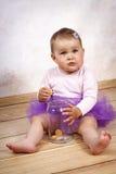 Kleines Baby, das Kekse vom Glas isst Lizenzfreie Stockfotografie