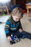 Kleines Baby, das mit einem Motorrad spielt Lizenzfreie Stockbilder