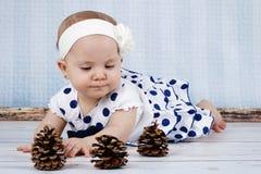 Kleines Baby, das mit Kegeln spielt Lizenzfreie Stockbilder