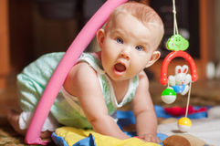 Kleines Baby, das mit Spielwaren spielt Stockfoto