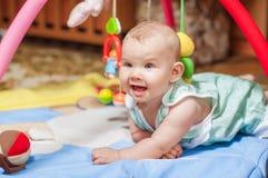 Kleines Baby, das mit Spielwaren spielt Stockfotografie