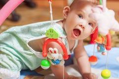 Kleines Baby, das mit Spielwaren spielt Lizenzfreies Stockbild