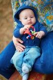 Kleines Baby, das mit Spielzeug spielt Stockbild