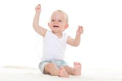 Kleines Baby, das Musik hört Stockfotos