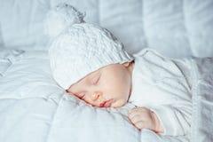 Kleines Baby, das süß schläft Stockfotos