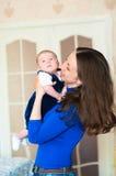 Kleines Baby in den Armen der Mutter Lizenzfreies Stockfoto