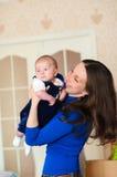 Kleines Baby in den Armen der Mutter Stockfoto