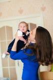 Kleines Baby in den Armen der Mutter Stockfotografie