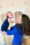 Kleines Baby in den Armen der Mutter Stockfotos