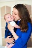 Kleines Baby in den Armen der Mutter Lizenzfreies Stockbild