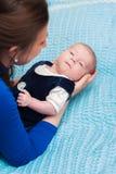 Kleines Baby in den Armen der Mutter Lizenzfreie Stockfotos