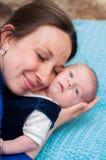 Kleines Baby in den Armen der Mutter Lizenzfreie Stockbilder