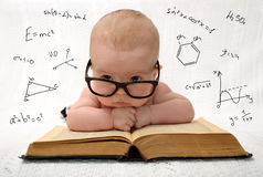 Kleines Baby in den Gläsern mit eauations herum Stockfotografie